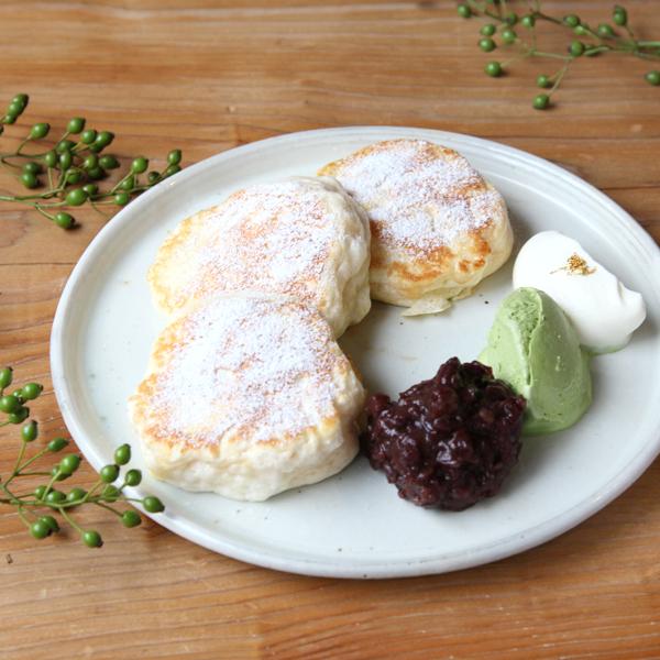 能登大納言あずきのパンケーキ<br>抹茶アイス添え<br><span>Notodainagon pancake with<br>matcha ice cream</span><br>¥1,180