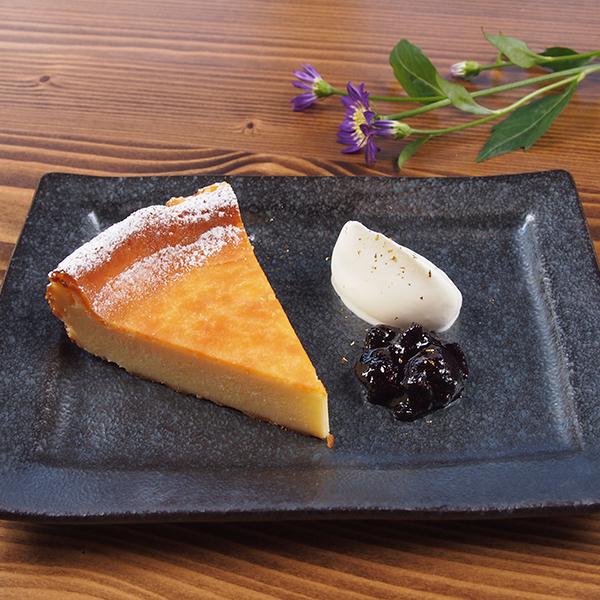 自家製濃厚チーズケーキ <br>ブルーベリーソース添え<br><span>Homemade rich cheesecake with blueberry sauce</span><br>¥500