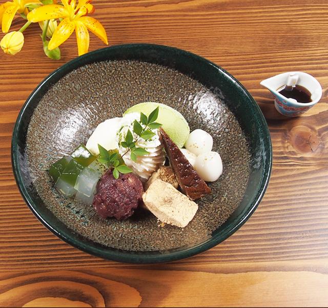 季節のスペシャルデザート<br>抹茶パフェ<br><span>Season of special dessert<br>Matcha Green Tea Parfait</span><br>¥880