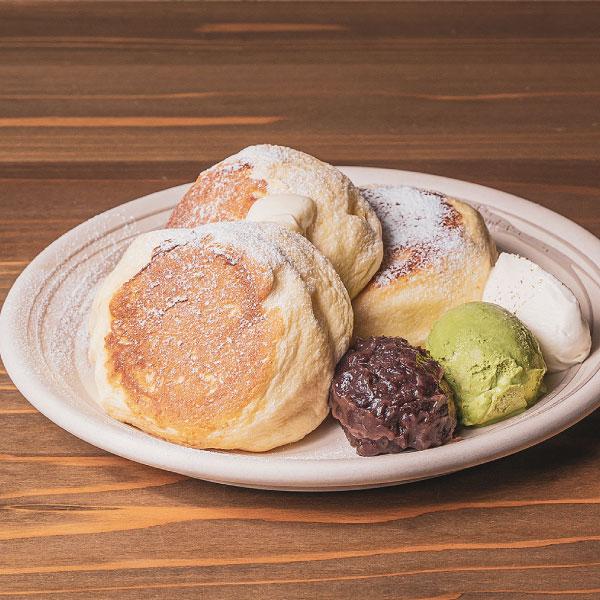 能登大納言あずきのパンケーキ<br>あずき、抹茶アイス、生クリーム、ハニーバター添え<br><span>Notodainagon pancake served with ogura-an, matcha ice cream, whipped cream and honey butter</span><br>¥1520
