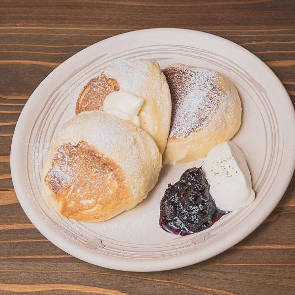 金沢の有機小麦を使った<br>たもんのパンケーキ<br>自家製ブルーベリーソース、生クリーム、ハニーバター、厳選メープルシロップ添え<br><span>Tamon pancake,<br>using Kanazawa-made organic wheat Homemade blueberry sauce, whipped cream, honey butter and carefully selected maple syrup addition</span><br>¥1200