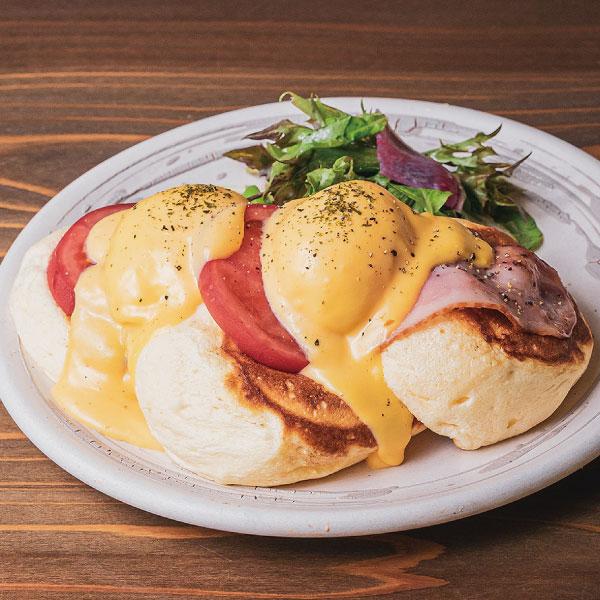 エッグベネディクトパンケーキ<br><br>サラダ添え<br><span>Eggs benedict pancakes <br></span><br>¥1480