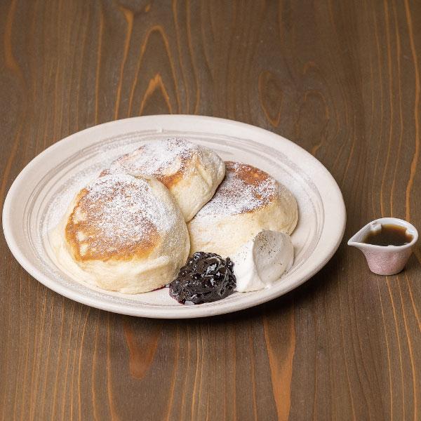 金沢の有機小麦を使った<br>たもんのパンケーキ<br>自家製ブルーベリーソース、生クリーム、ハニーバター、厳選メープルシロップ添え<br><span>Tamon pancake,<br>using Kanazawa-made organic wheat Homemade blueberry sauce, whipped cream, honey butter and carefully selected maple syrup addition</span><br>¥1320