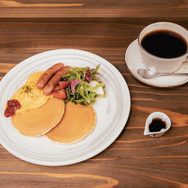 たもんのモーニングパンケーキセット<br>厳選メープルシロップ添え<br>(月曜日から土曜日(祝日を除く)9:00から11:00<br><span>Tamon breakfast special Carefully selected maple syrup addition (Only available from Monday to Saturday(except national holidays) 9:00AM-11:00AM)</span><br>¥1200