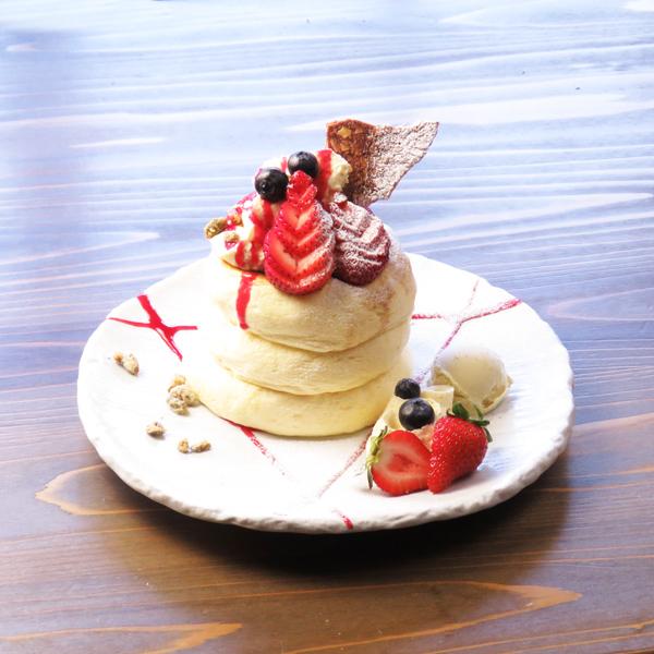 季節のスペシャルパンケーキ<br>『クリスマスパンケーキ』1日限定20食<br><span>Season of special pan cake<br>『Christmas Pancake』<br>Limited to 20 serves per day</span><br>¥1380